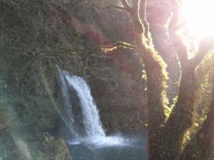 滝の裏を時計回りに歩く