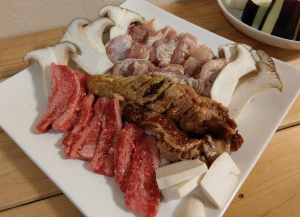 中落ちカルビ、ドラゴンカルビ、鶏もも肉とエリンギです。