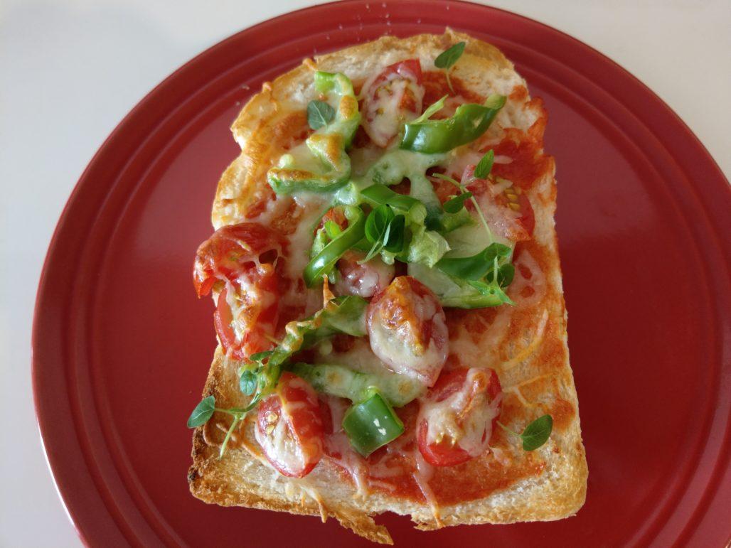 ピーマンスライスとミニトマトとモッツァレラチーズのピザトースト