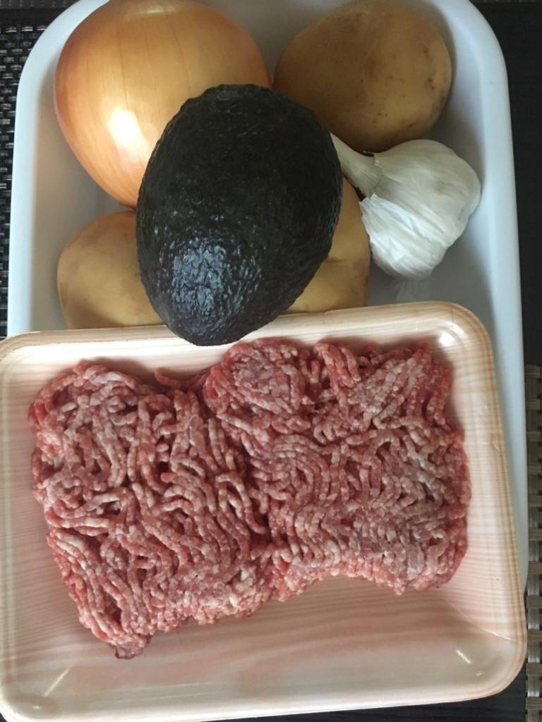 ひき肉・玉ねぎ・ニンニク、アボガド・レタス、じゃがいも