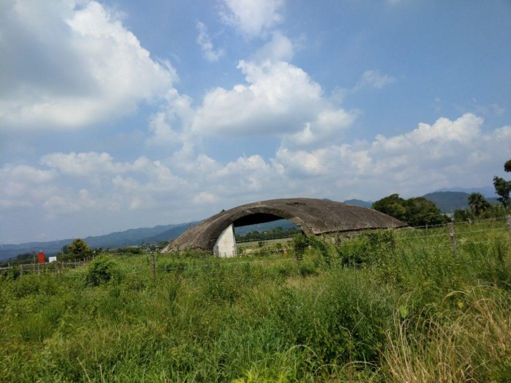 戦争中飛行機を格納していた掩体がおもむろに残っています。