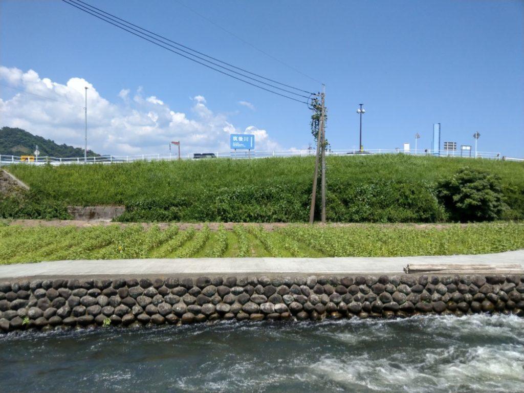 筑後川の水を分けて引き込んでいます。